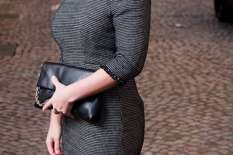 schwarz-weißes Chanel Kleid und Handtasche von Picard