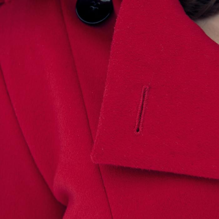 Der Mantel im Detail: Handgenähtes Augenknopfloch