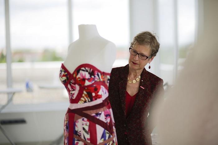 Gabriele Albert Wurst vom Landesverband der Maßschneider begutachtet das Bombshell Kleid